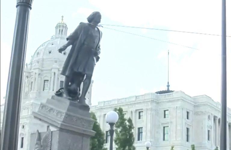 Un groupe de manifestants a fait le 10 juin une statue de l'explorateur italien Christophe Colomb à Saint Paul, au Minnesota