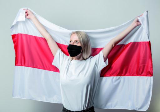 Femme masquée avec le drapeau national du Bélarus sur fond blanc