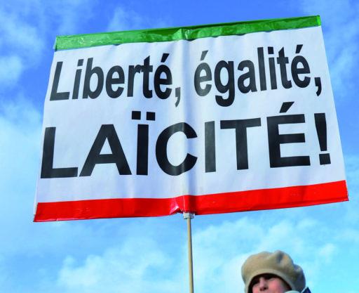 Une pancarte avec inscrit : Liberté, égalité, laïcité !