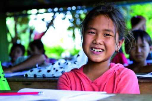 Une écolière asiatique sourit