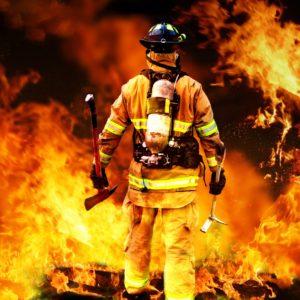 Pompier dans le feu, symbole de courage