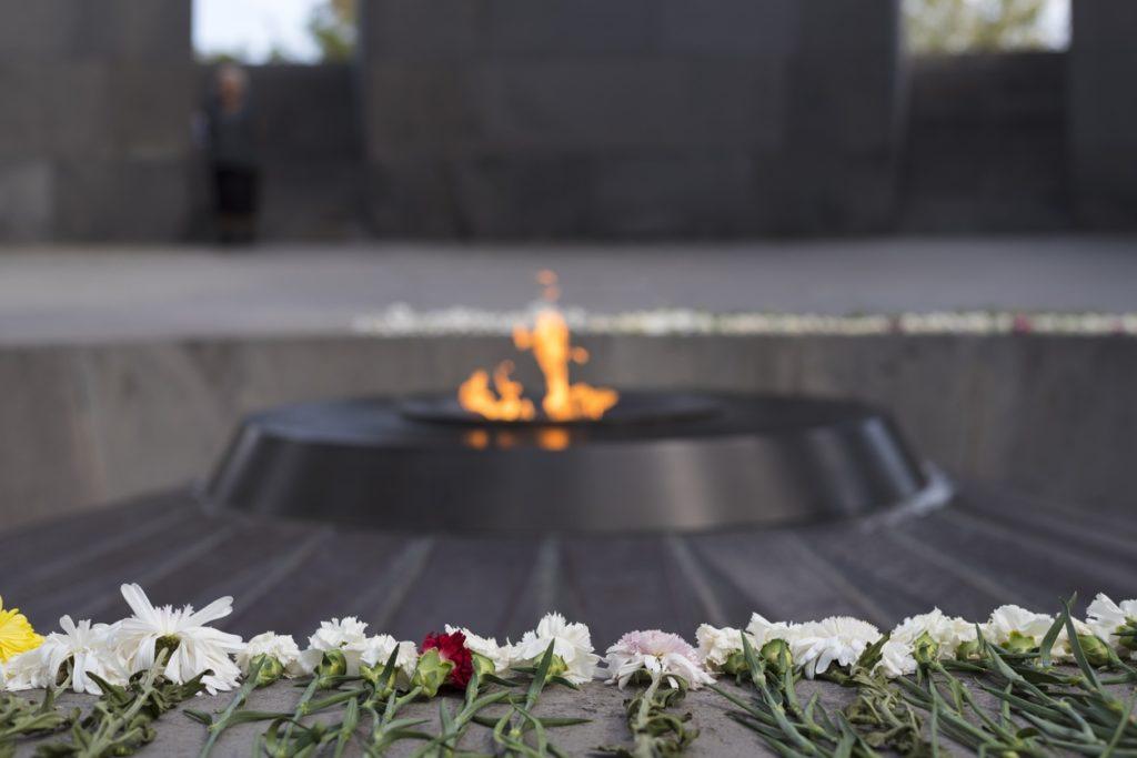 Des fleurs disposées un rang face à la flamme perpétuelle au Mémorial du génocide arménien à Erevan en Arménie