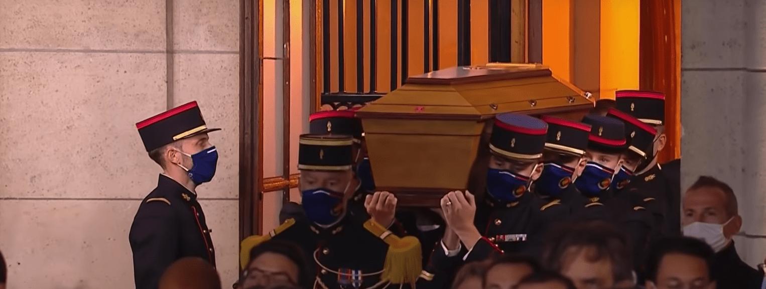 Cérémonie en hommage au professeur assassiné le 21 octobre. Entrée du cercueil de Samuel Paty dans la cour de la Sorbonne.