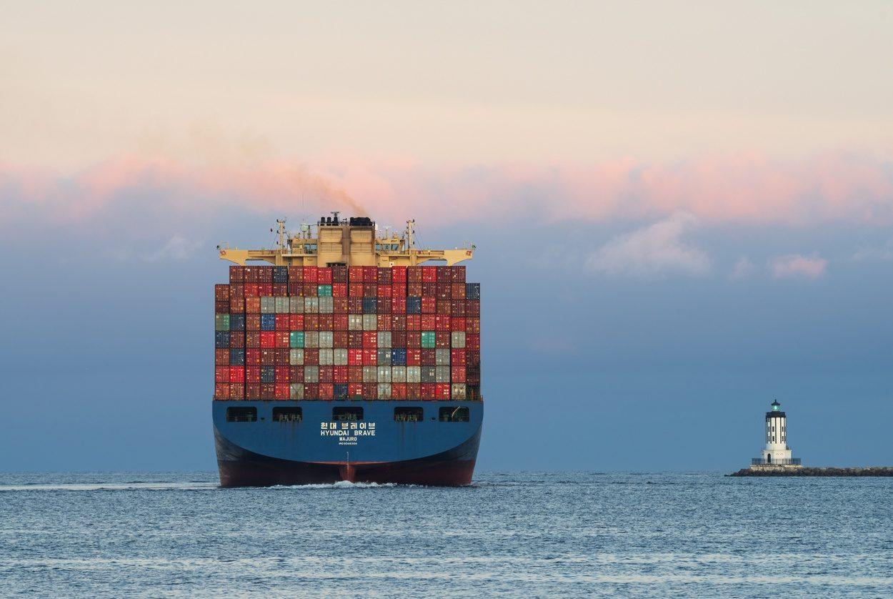Le porte-containers Hyndai quitte le port de Los Angeles