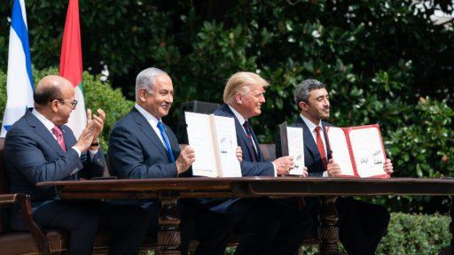 De gauche à droite, le ministre des Affaires étrangères du Bahreïn, Dr. Abdullatif bin Rashid Al-Zayani, le Premier ministre israélien Benjamin Netanyahu, le président des Etats-Unis Donald Trump et le ministre des Affaires étrangères des Emirats arabes unis, Abdullah bin Zayed Al Nahyan