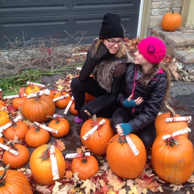 Ayant reçu une quarantaine de courges d'un magasin local, Anouchka et les siens les ont offertes à leurs voisins avec un message de joyeuse Thanksgiving