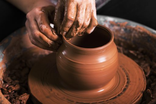 Les mains d'un potier fabriquant un vase