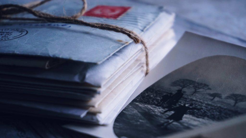 Piles de lettres sur un bureau