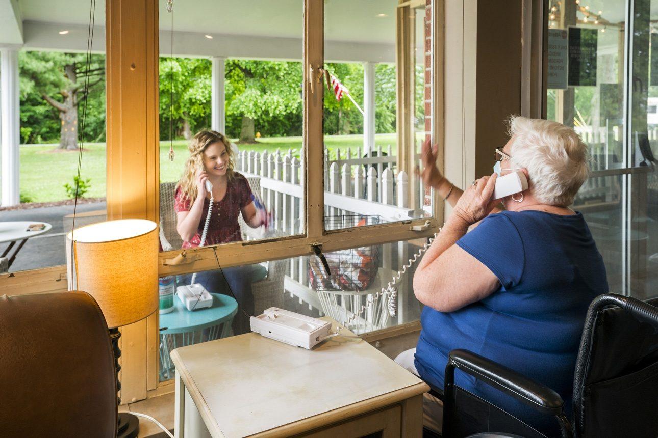 Photo symbole : une jeune femme visitant sa grand mère dans un EMS