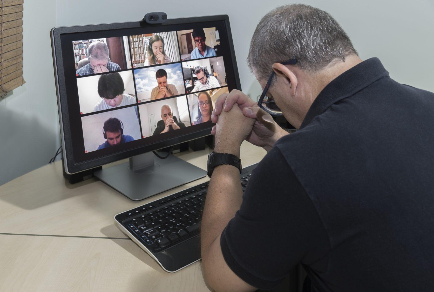 Réunion de prière en ligne par visioconférence.