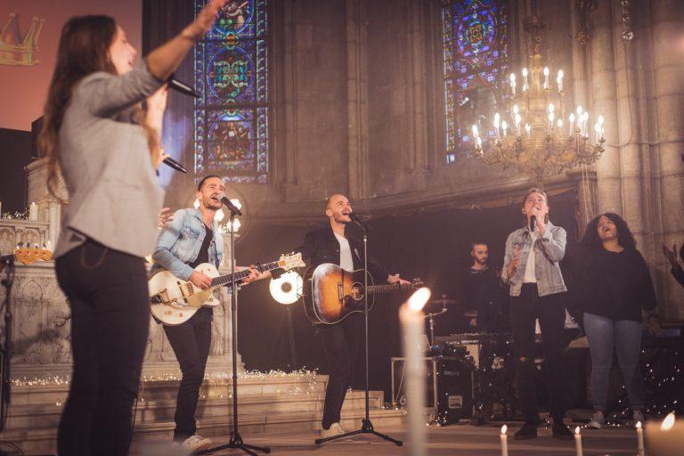 Le groupe de musique catholique Glorious dans leur paroisse de Saint-Blandine à Lyon