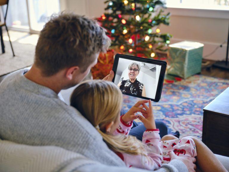 Noël confiné : discussion en visioconférence avec Mamie restée chez elle