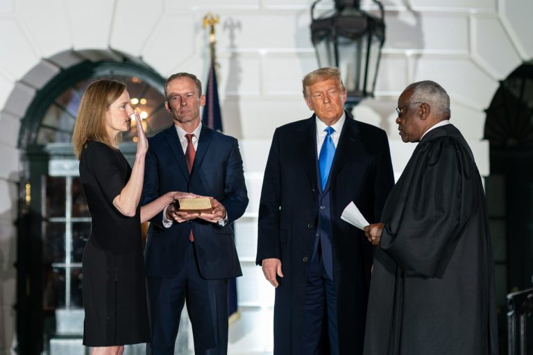 Investiture d'Amy Coney Barrett le 26 octobre à la Maison Blanche, en présence du Président Donald Trump et du juge Clarence Thomas.