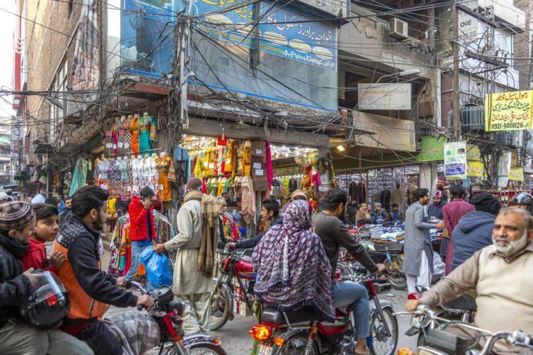 Scènes de rue et vendeurs d'Anarkali Bazaar, l'un des plus anciens marchés d'Asie, à Lahore au Pakistan.