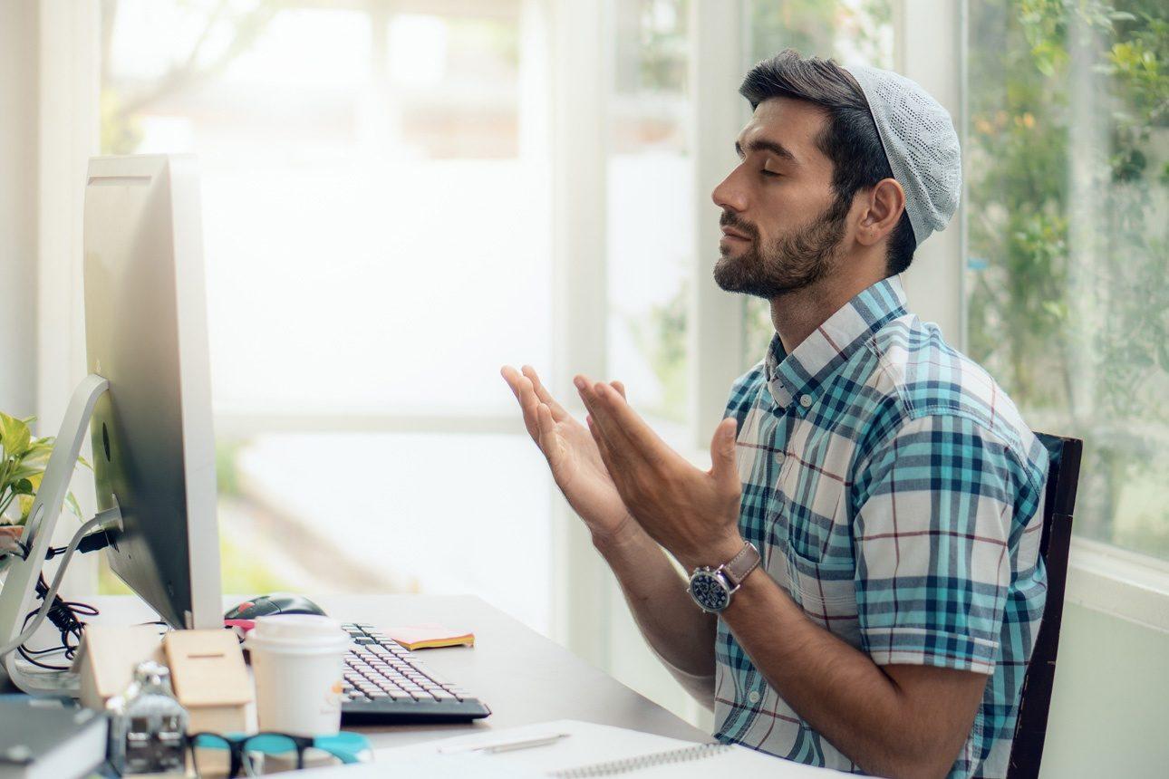 Image d'illustration - Un jeune musulman priant dans sa maison