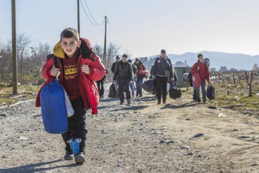 Des réfugiés traversant la frontière entre la Grèce et la Macédoine du Nord en décembre 2015.