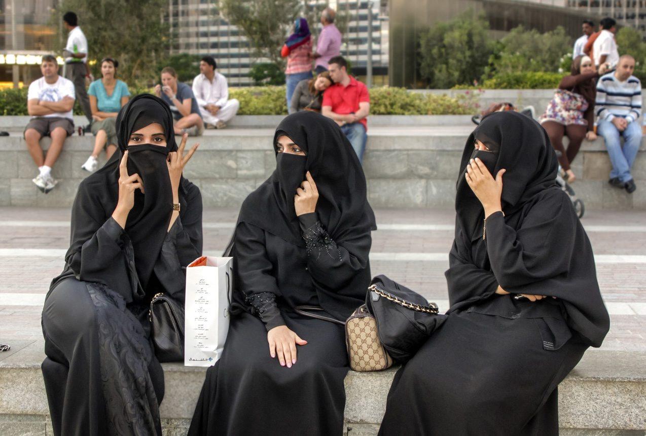 Trois femmes portant le niqab