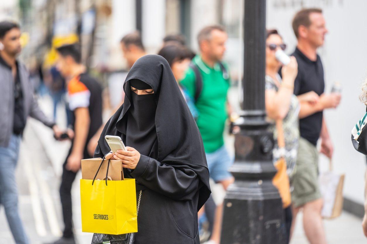 Une femme musulmane à Londres portant un niqab