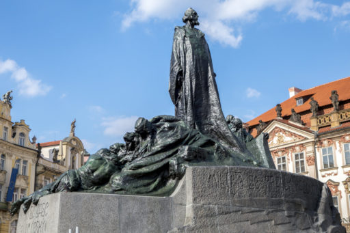 Le mémorial dédié à Jan Hus ou Jean Huss, sur la place de la Vieille-Ville à Prague, inauguré en 1915 pour le 500e anniversaire de sa mort.