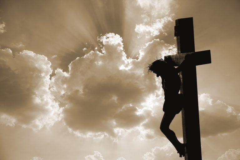 Jésus cloué sur la croix.