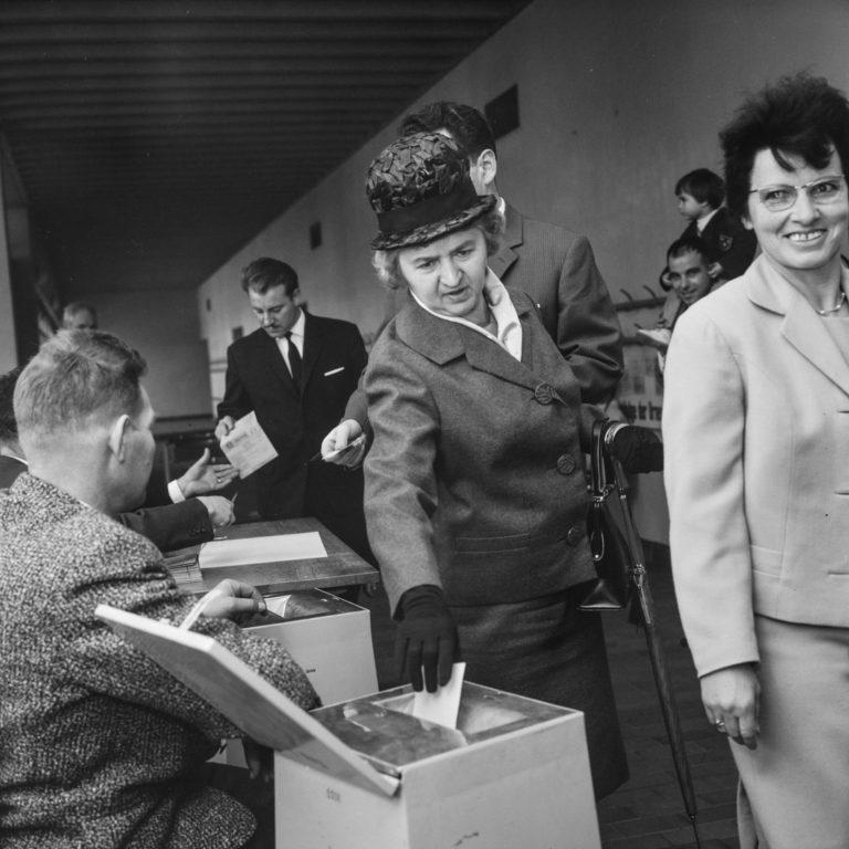 Premier vote ouvert aux femmes dans le canton de Zurich, en 1964. Le scrutin portait sur une question religieuse4 ; les femmes ont obtenu le droit de vote en novembre 1970 dans le canton de Zurich.