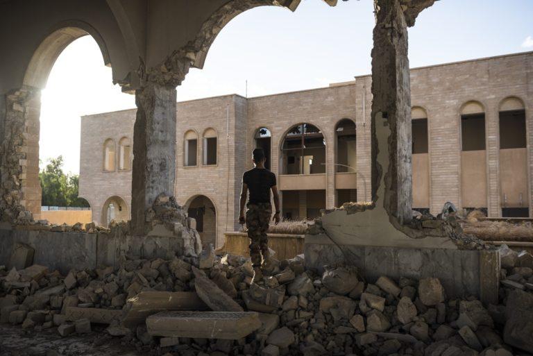Mai 2017 - Un Irakien marche dans les décombres de l'église Saint-Ephraïm, une église syriaque orthodoxe de Mossoul, très endommagée, des mois après que cette partie de Mossoul a été reprise à l'Etat islamique.