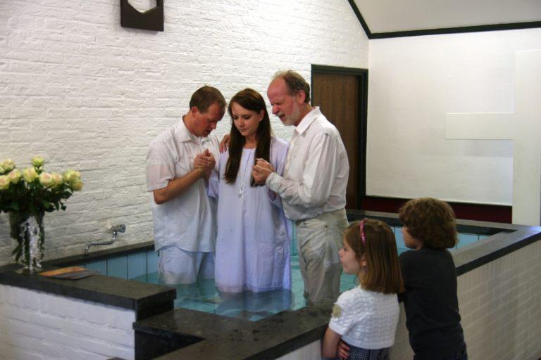 Schinnen, Pays-Bas - 16 mai 2013. Cérémonie de baptême dans une Église pentecôtiste.