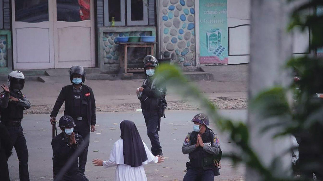 Les images de la sœur catholique Ann Rose Nu Twang, à genoux devant les soldats et leur demandant d'épargner les manifestants (photo), début mars, ont rappelé qu'il y a une présence chrétienne au Myanmar (synonyme de Birmanie).