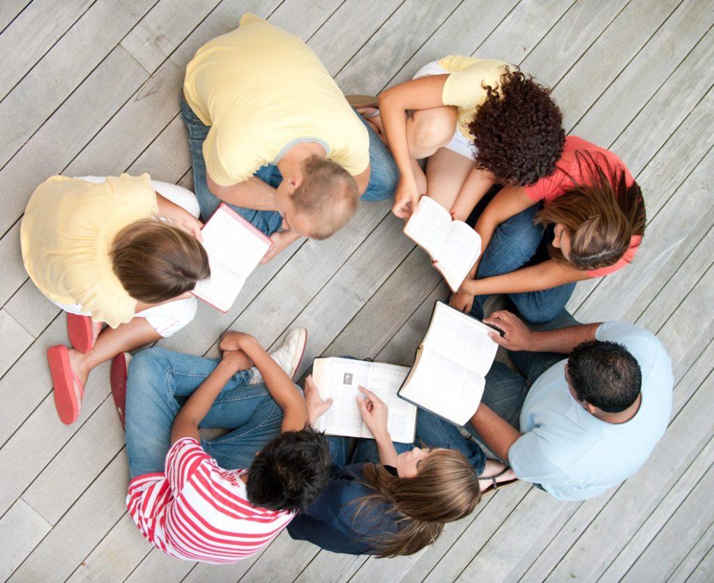 Un groupe de jeunes adultes étudiant la Bible en cercle