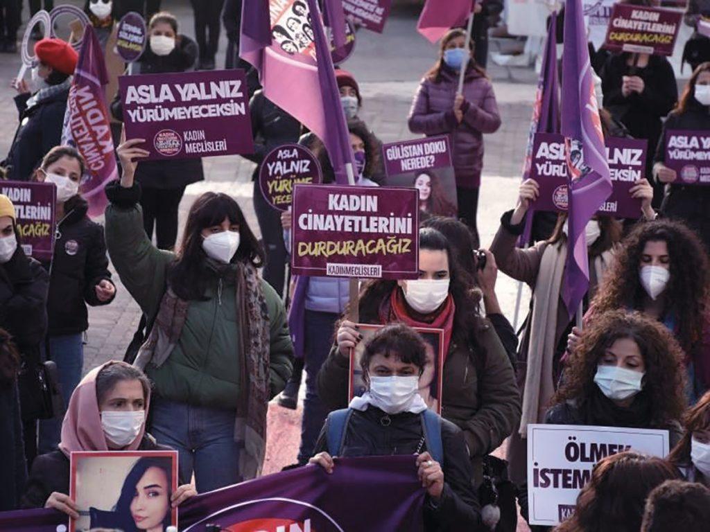 Des manifestantes stambouliotes expriment leur colère face à la décision du président de retirer le pays d'un traité international contre les violences faites aux femmes.