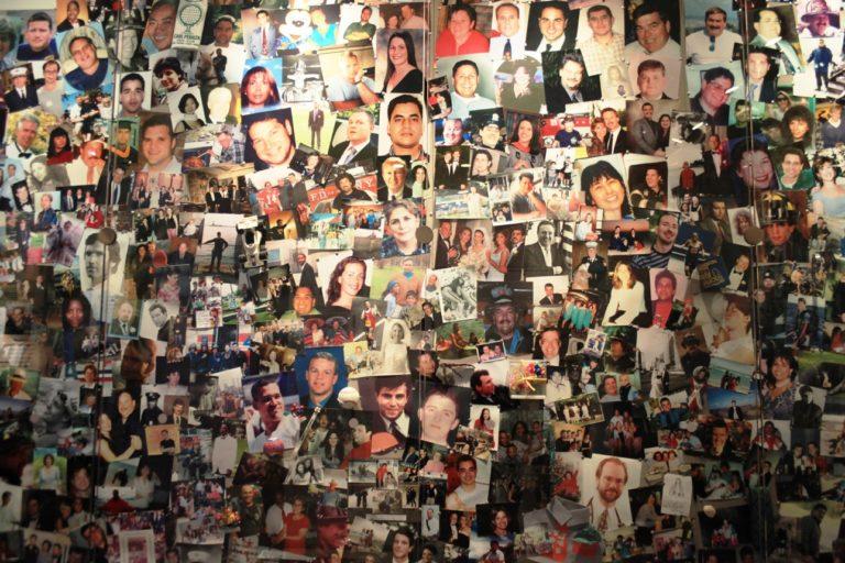 """""""New York, États-Unis - 7 décembre 2009 : Gros plan sur les victimes des tours jumelles, mur de photos au World Trade Center Museum."""""""