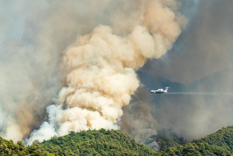 La fumée d'un feu de forêt s'élevant sur le quartier Hisaronu de la station balnéaire de Marmaris en Turquie le 31 juillet 2021