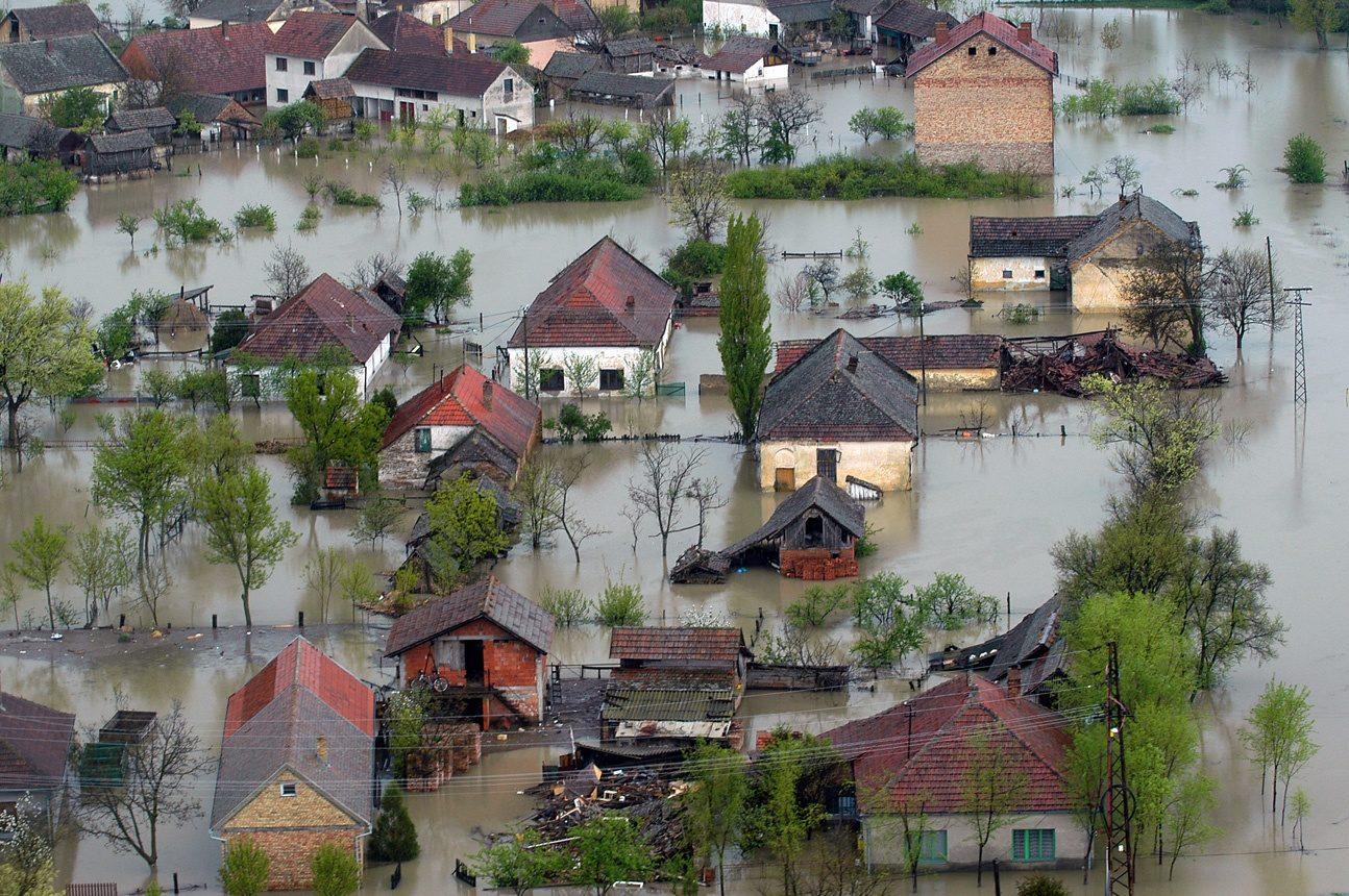 Vue aérienne d'un quartier pavillonnaire inondé