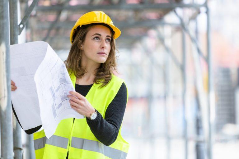 Une femme ingénieure sur un chantier