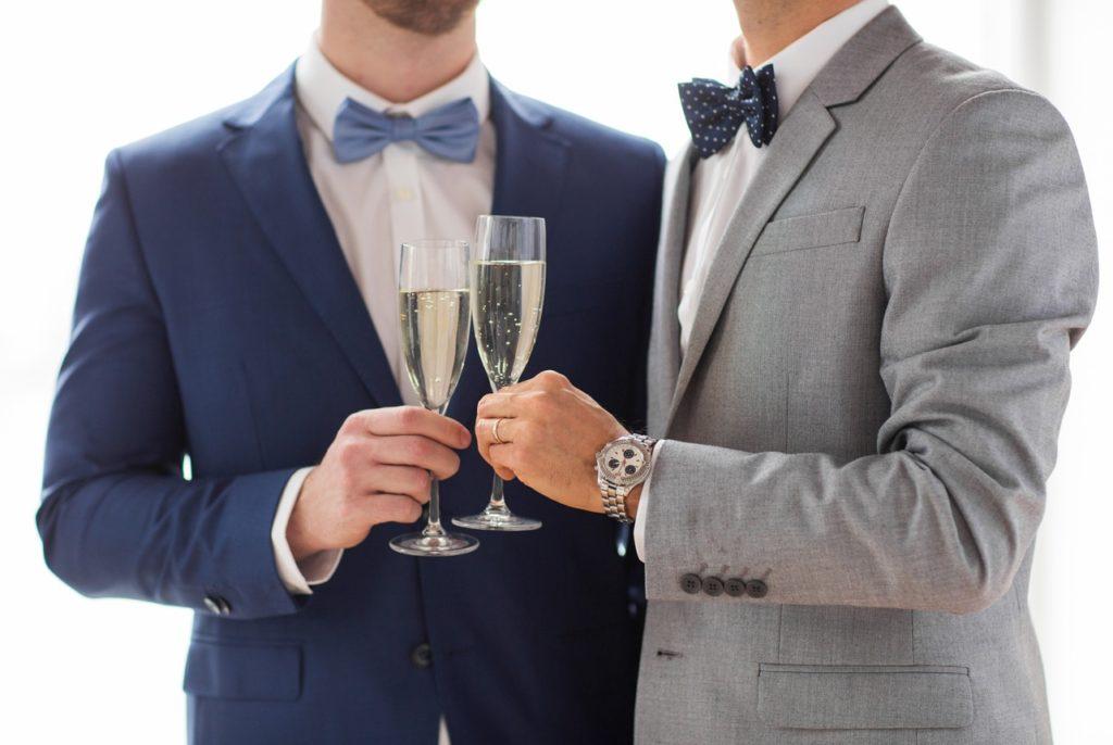 Image d'illustration - Un couple d'hommes trinquant pour leur mariage
