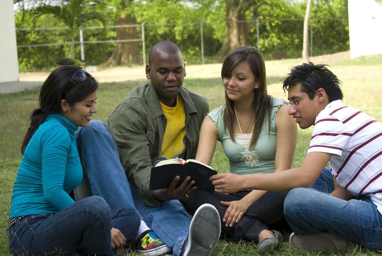 Des amis étudiant la Bible ensemble